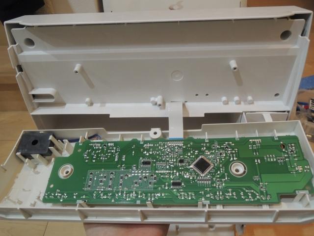 コントローラパネルはケーブルで基盤とつながっている