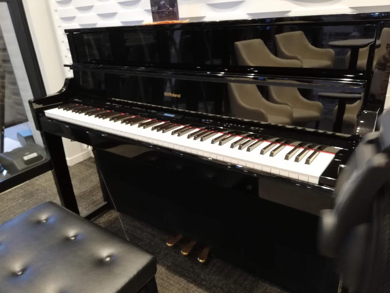 浜松SA下り ローランド楽器ルーム内のピアノ