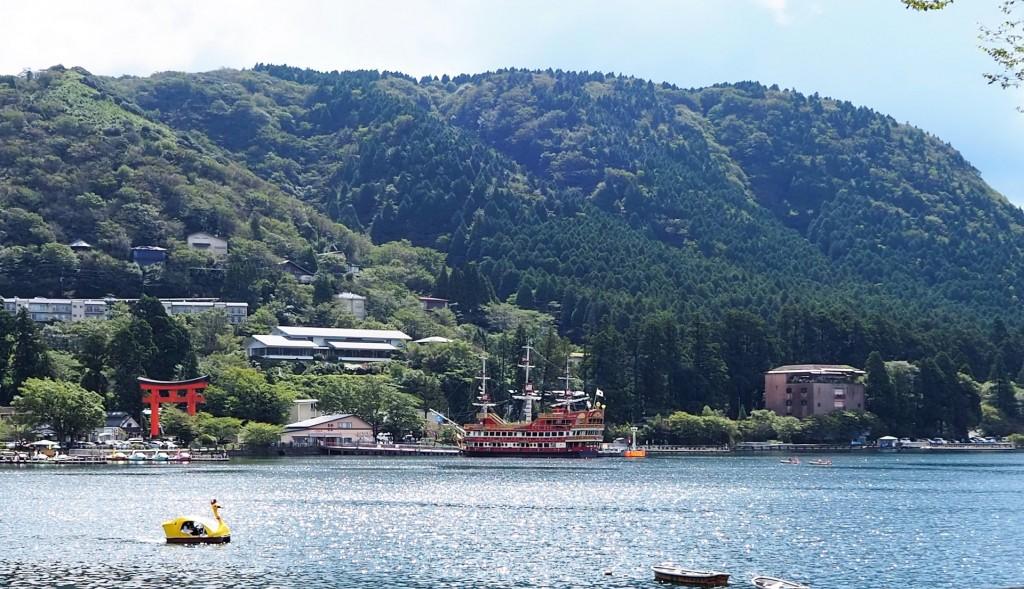 芦ノ湖のスワンボートと遊覧船